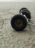 Roues de remorque sur la plage Photographie stock libre de droits