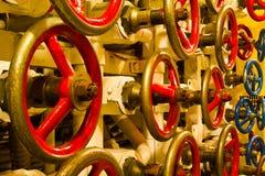 Roues de valve à l'intérieur de vieux sous-marin Photo libre de droits