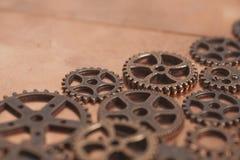 Roues de vitesses en métal sur le fond de cuivre Image stock