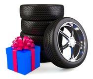 Roues de voiture avec le grand boîte-cadeau Images stock