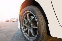 Roues de voiture blanches Disques en acier de voiture d'alliage Images libres de droits