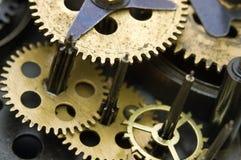 Roues dentées à l'intérieur de mécanisme d'horloge Photographie stock libre de droits