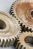 Roues dentées brunes rouillées de vitesse en métal sur le fond industriel Photos libres de droits