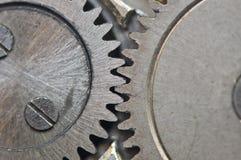 Roues dentées en métal dans de vieux rouages, macro Images stock
