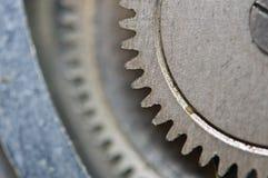 Roues dentées en métal dans de vieux rouages, macro Photos libres de droits