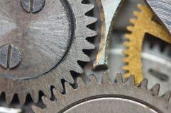 Roues dentées en métal dans de vieux rouages, macro Photographie stock