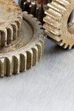 Roues dentées rouillées d'outillage industriel sur le fond rayé Photographie stock