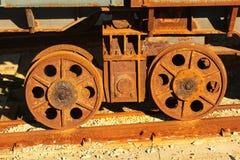 Roues en acier rouillées de système de transfert d'élévateur de navires à un vieux chantier naval image libre de droits