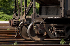 Roues en acier rouillées de wagon de chemin de fer photos stock