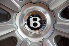 Roues et parties du système de freinage d'un convertible de luxe normal de Bentley New Continental GT V8 de voiture Images libres de droits