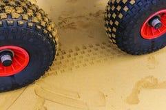 Roues et voies de tracteur en sable Photo stock