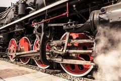Roues locomotives avec des nuages de vapeur photos stock