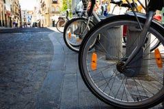 Roues neuves de vélo sur les pavés ronds antiques Photographie stock