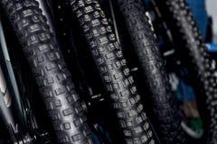 Roues noires avec le pneu des vélos de montagne pour la CY tous terrains extérieure Images libres de droits
