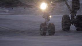 Roues plates sur l'emballement en chutes de neige lourdes banque de vidéos