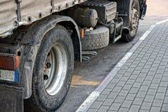 Roues sales d'un grand camion sur un asphalte gris Image libre de droits