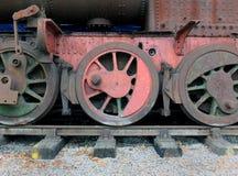 roues sur une vieille locomotive à vapeur abandonnée de rouillement avec le rouge et Images stock