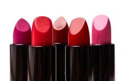 Rouge à lèvres de différentes couleurs d'isolement sur le fond blanc photo libre de droits