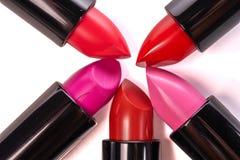 Rouge à lèvres de différentes couleurs d'isolement sur le fond blanc images libres de droits