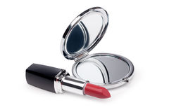 Rouge à lèvres et miroir rouges Images stock