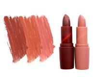 Rouge à lèvres rose taché d'isolement sur le fond blanc image stock