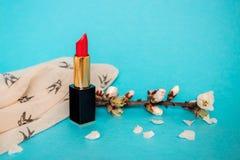 Rouge à lèvres rouge Brin avec des fleurs d'amande Fond pour une carte d'invitation ou une félicitation Images stock