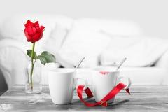 Rouge à lèvres sur des tasses de café Photos stock