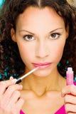 Rouge à lèvres sur ses lèvres photographie stock libre de droits