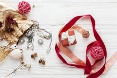 Rouge élégant actuel et accessoires de luxe de bijoux sur Rus blanc Images stock