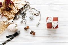 Rouge élégant actuel et accessoires de luxe de bijoux sur Rus blanc Photographie stock libre de droits