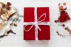 Rouge élégant actuel et bijoux et accessoires de luxe sur le blanc Photos stock