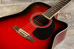 Rouge acoustique de guitare, cou se trouvant sur un fond de vintage de bois sur le fond de vieux conseils grunges Vue Photographie stock