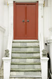 Rouge antique découpant la porte en bois du temple thaïlandais Photo libre de droits