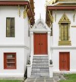 Rouge antique découpant la porte en bois du temple thaïlandais Image libre de droits