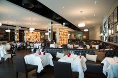 Rouge, blanc et décoration intérieure de restaurant de Brown photo libre de droits