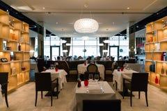 Rouge, blanc et décoration intérieure de restaurant de Brown avec SH en bois images libres de droits