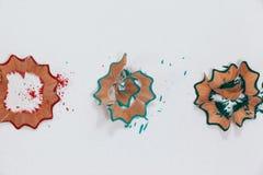 Rouge, bleu et vert a coloré des copeaux de crayon sur le fond blanc Photos libres de droits