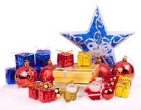 Rouge, bleu, ornements de Noël d'or Photographie stock