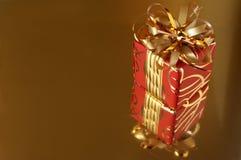 Rouge/cadeau d'or Photographie stock libre de droits