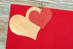 Rouge coloré et coeur de papier d'or sur le papier de vintage Images libres de droits
