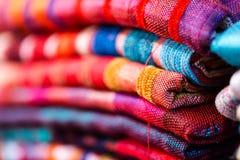 Rouge coloré et vibrant, bleu, écharpes pourpres à vendre sur la tradition Photographie stock libre de droits