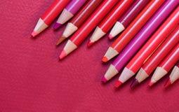 Rouge - crayons et papier de crayon Image stock
