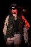 Rouge d'avertissement. Soldat de forces spéciales la nuit. image stock