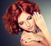 rouge d'une chevelure de fille assez Photographie stock libre de droits