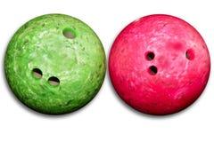 Rouge de billes de bowling un vert d'isolement sur le blanc photos stock