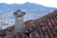 rouge de brique de toit carrelé, de couleurs lumineuses de tuyau de four de toit carrelé sur le fond de la ville Alanya, la Turqu photos libres de droits