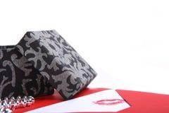 rouge de cadeau d'enveloppe de boîte noire Images stock