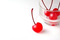 Rouge de cerise sur un fond blanc Photos libres de droits