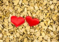 Rouge de deux coeurs, symbole de couples de carte de voeux de célébration d'invitation de base de mariage d'amour, base rustique  Image stock