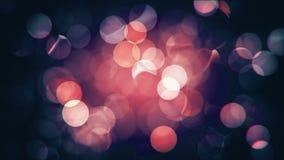 Rouge de fête brouillé d'isolement par résumé et lumières de Noël roses avec le bokeh banque de vidéos